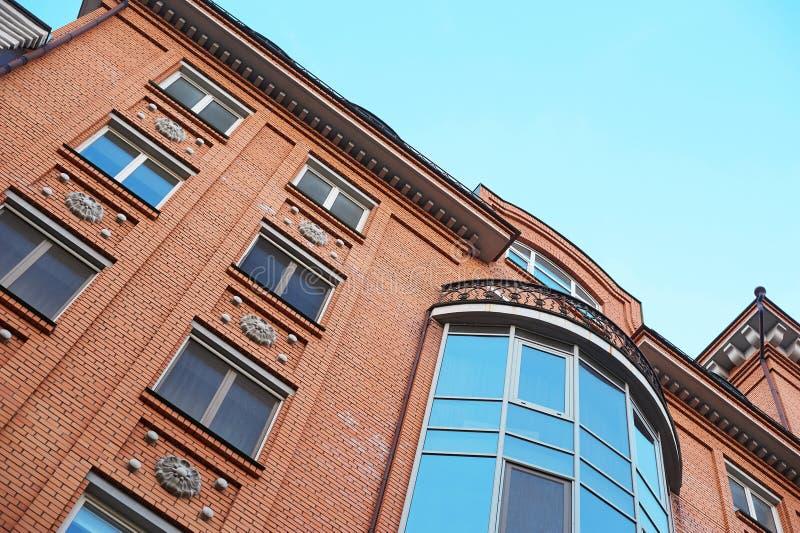 Mehrstöckiges Gebäude des Ziegelsteines auf dem Hintergrund des blauen Himmels lizenzfreie stockfotos