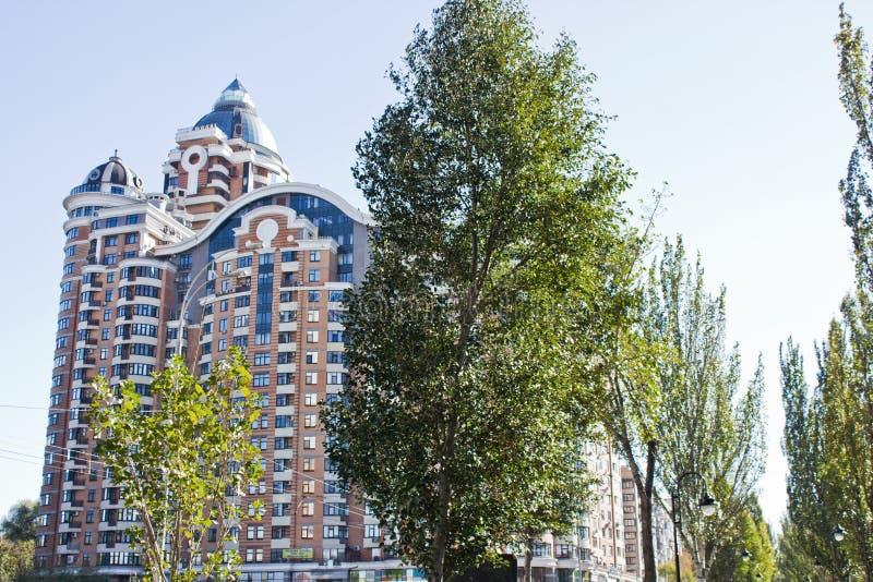 Mehrstöckiges Gebäude gegen den Himmel lizenzfreies stockfoto