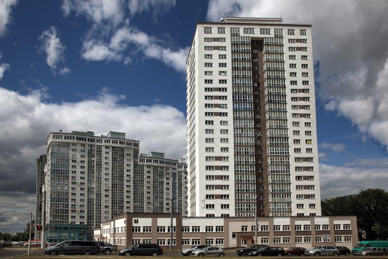 Mehrstöckiges Wohngebäude stockfotos