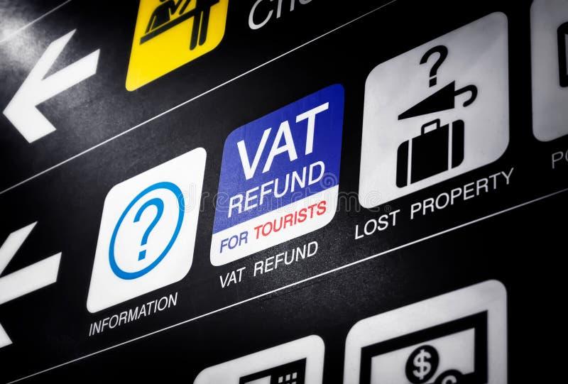 Mehrwertsteuer Rückerstattung für touristisches Zeichen auf dem Informations-Brett in einem internationalen Flughafen lizenzfreie stockfotos