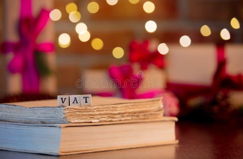Mehrwertsteuer-Wort und -bücher auf Hintergrund mit feenhaften Lichtern stockfoto