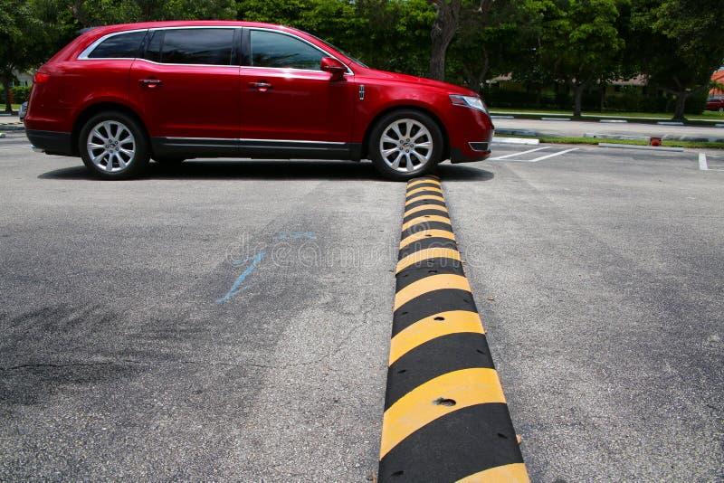 Mehrzweckfahrzeug, das über Bremsschwelle fährt stockbild