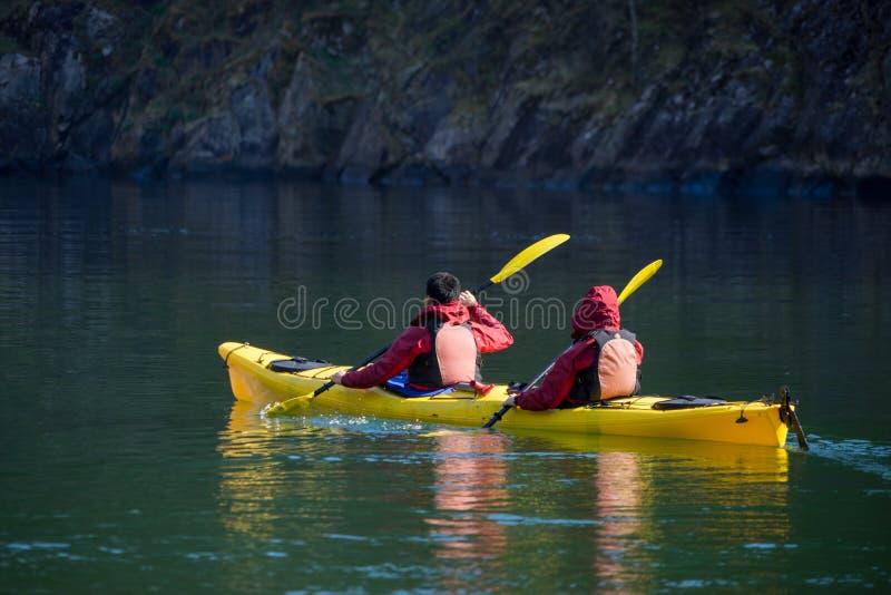 9 mei 2016, Gudvangen, Noorwegen, tiener Twee tijdens het kayaking in Gudvangen-fjord stock afbeelding