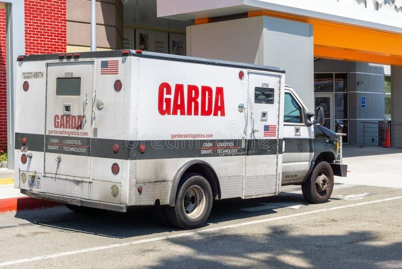 30 mei, 2019 Milpitas/CA/de V.S. - de gepantserde vrachtwagen die van Garda veilig contant geld vervoeren; De Logistiek van het G royalty-vrije stock fotografie