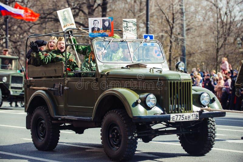 9 mei, 2017, Nevsky-vooruitzicht, St. Petersburg, Rusland De vakantie kan 9, een militaire voertuigritten op de straten van de st stock foto