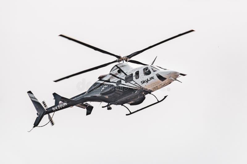 9 mei, 2019 Palo Alto/CA/de V.S. - Skylife-Luchtziekenwagen die een noodsituatievervoer op de baaigebied van San Francisco maken stock afbeelding