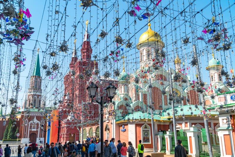 4 mei, 2018 Rusland moskou De zomer van 2012 van astrakan De menigte voor de Kazan Kathedraal De bouw van stock foto's