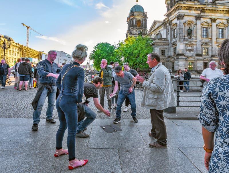 Mei 2018 van Berlijn, Duitsland negentiende dichtbij grote Dom church op DE straat spelmensen het ilegale straatspel balletje-bal stock foto's