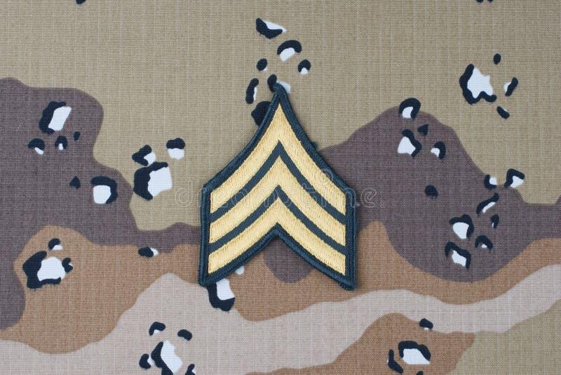 12 mei, 2018 Van de het LEGERsergeant van de V.S. het weelderige flard op de eenvormige achtergrond van de woestijncamouflage royalty-vrije stock foto's