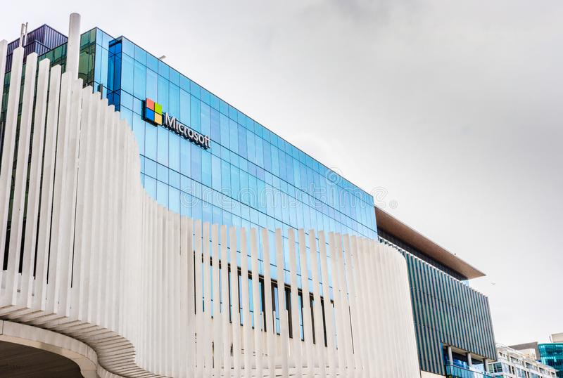 12 mei, 2019 - Vancouver, Canada: Embleem van Microsoft Corporation aan het Westenkant van Vreedzame Cente-Wandelgalerij boven Ho royalty-vrije stock afbeeldingen