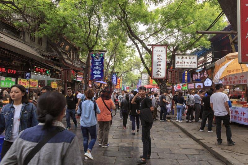 07 mei 2017 Xian China Mensen in de markt van het straatvoedsel in Xian royalty-vrije stock afbeeldingen