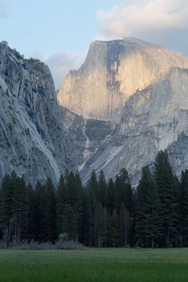 Meia abóbada no parque nacional de Yosemite foto de stock