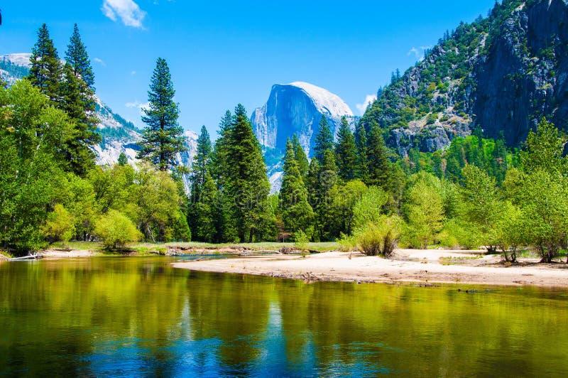 Meia abóbada & parque nacional de Yosemite do rio de Merced imagens de stock