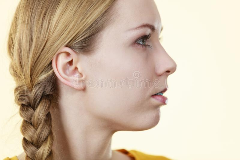 Meia cara da mulher com cabelo da trança foto de stock