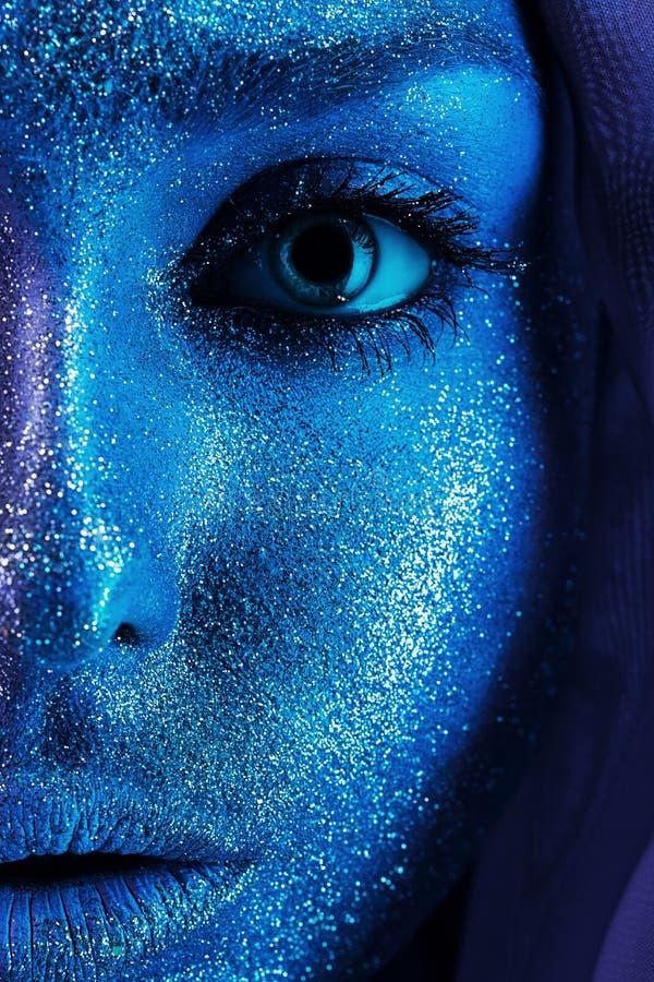Meia cara da mulher no bodyart azul fotografia de stock