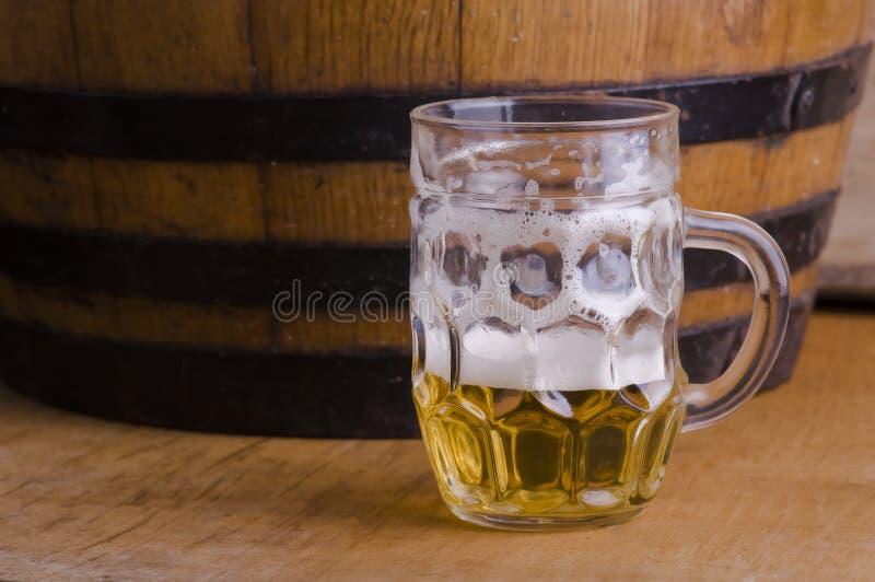Meia cerveja de vidro imagens de stock