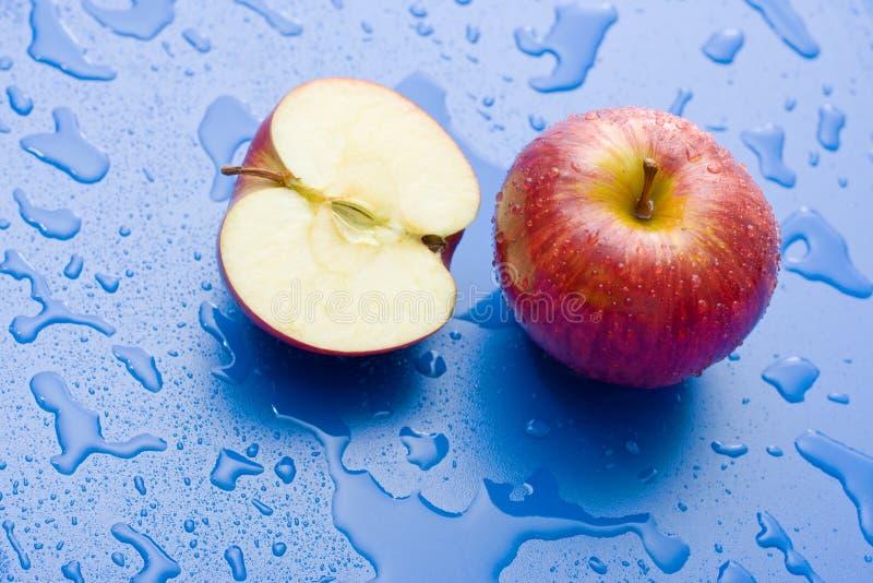 Meia e maçã inteira fotografia de stock