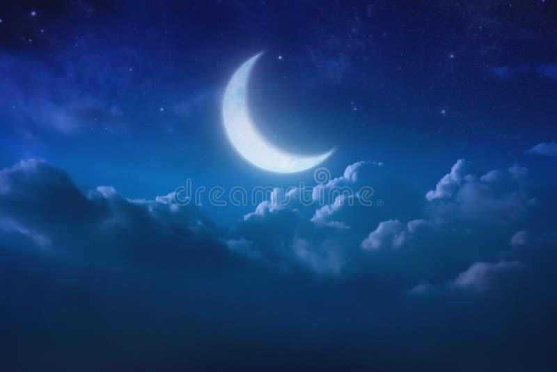 Meia lua azul atrás de nebuloso no céu e na estrela na noite outdoors fotografia de stock royalty free
