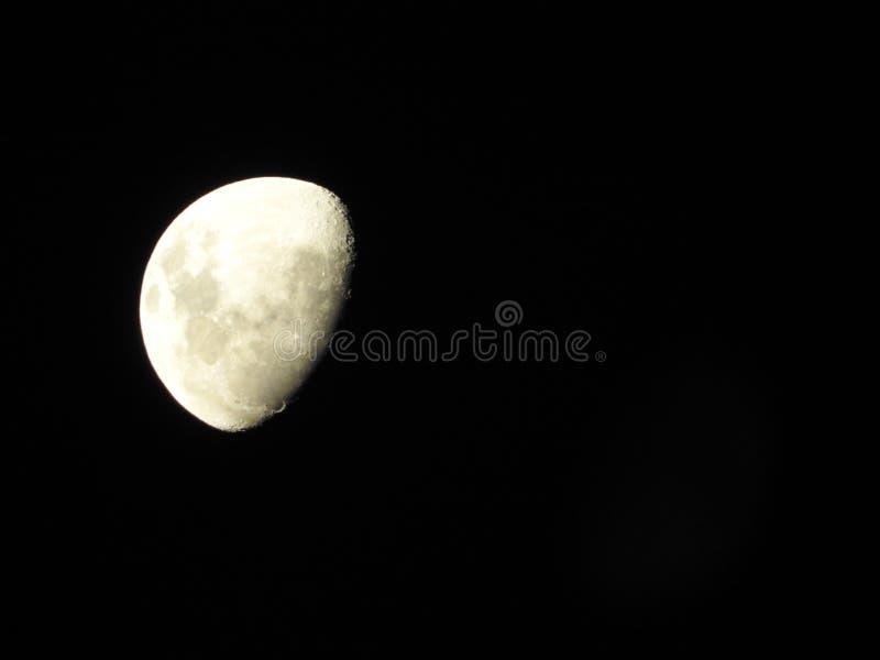 Meia lua no céu nocturno foto de stock