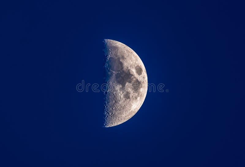 Meia lua no céu noturno azul foto de stock royalty free
