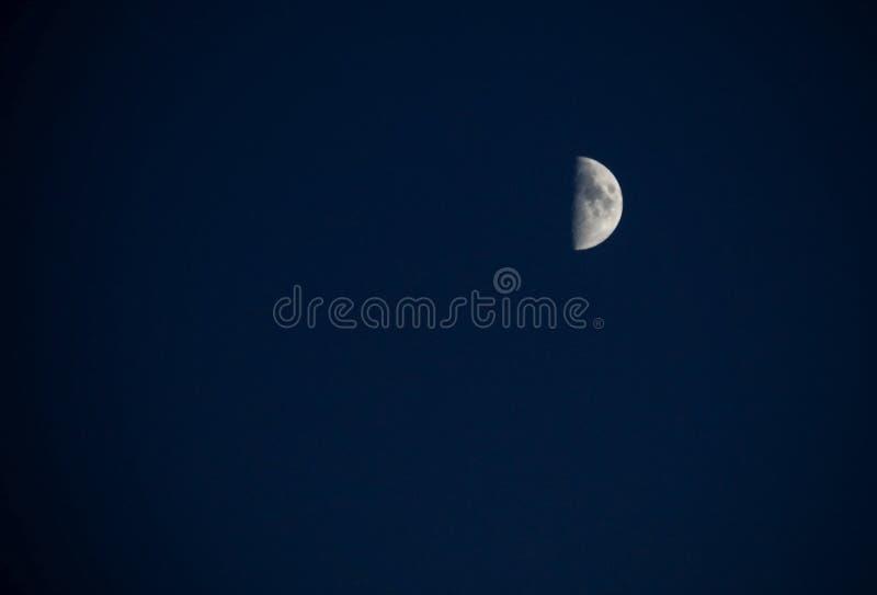 Meia lua no céu noturno azul fotografia de stock royalty free