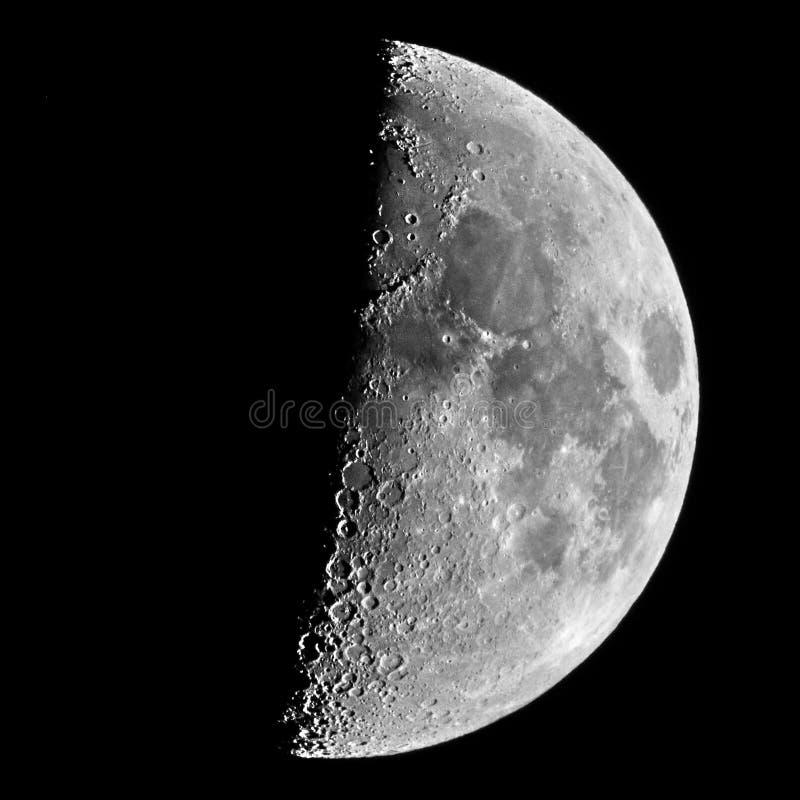 Meia lua no perigeu no céu noturno foto de stock