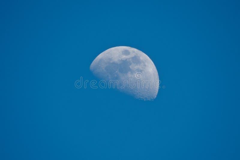 Meia lua no tempo do dia no céu azul bonito, Indore-Índia foto de stock royalty free