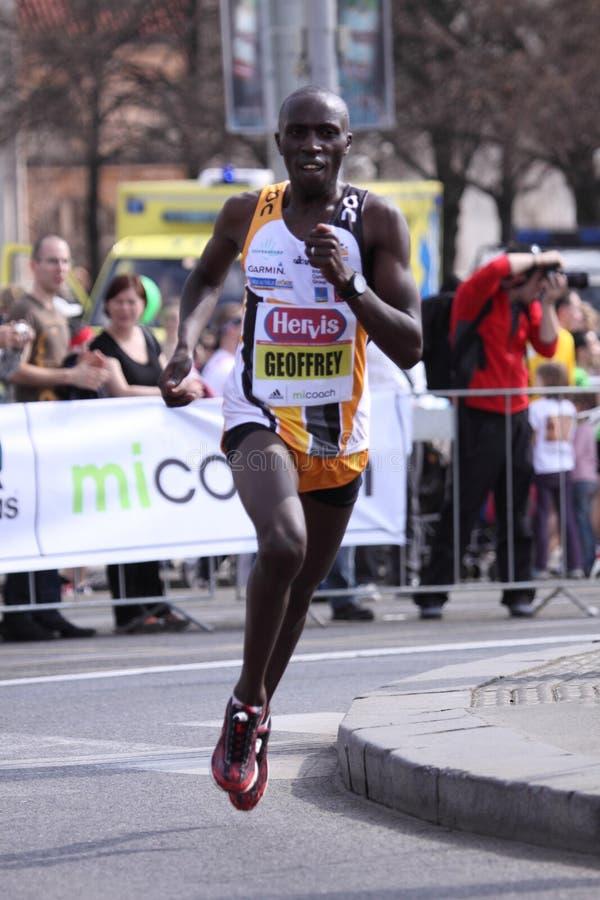 Meia maratona 2011 de Geoffrey Gikuni Ndungu - de Praga foto de stock