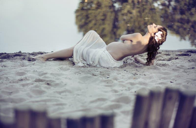 Meia mulher despida satisfeita na praia foto de stock