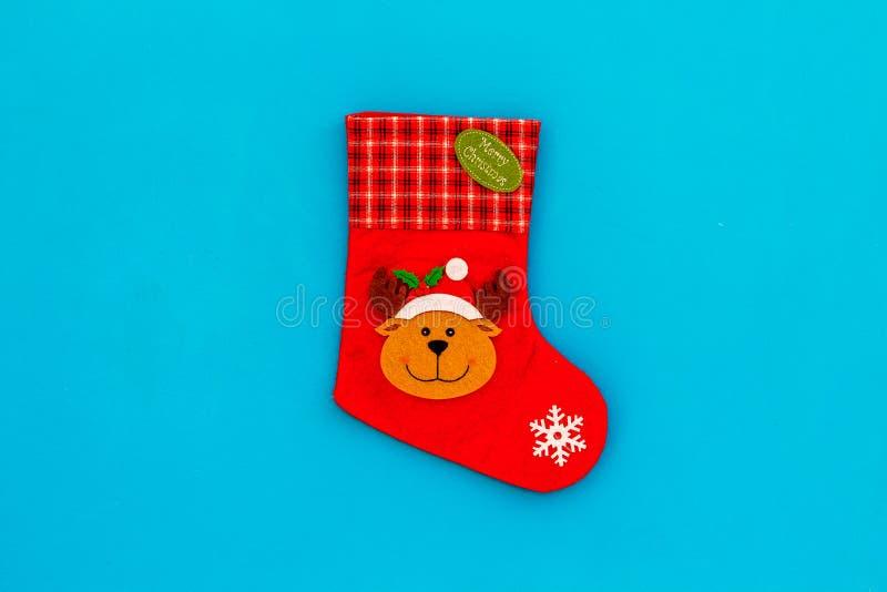 Meia tradicional do Natal no espaço azul da cópia da opinião superior do fundo fotos de stock royalty free