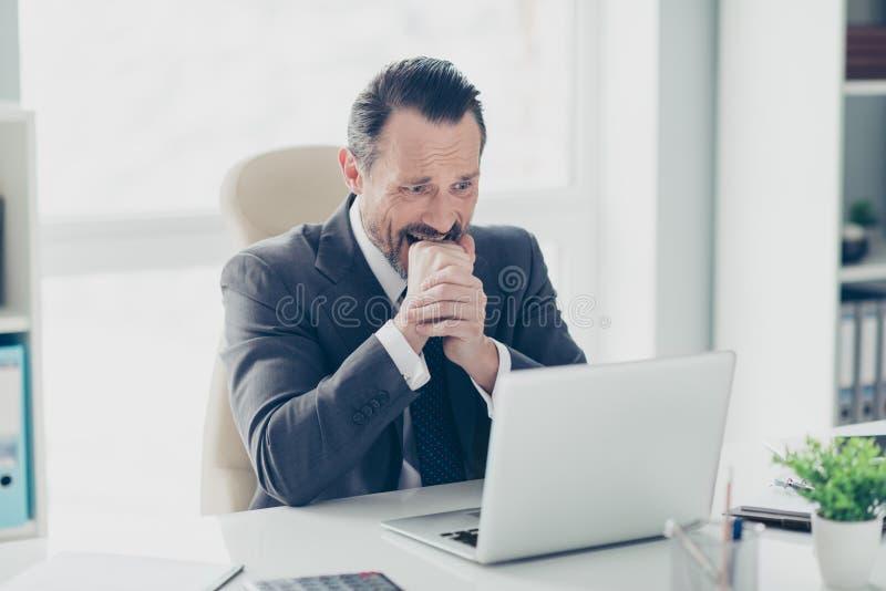 Meia volta do homem olhando de sobrancelhas franzidas da cara no tux à moda na moda do formalwear foto de stock royalty free