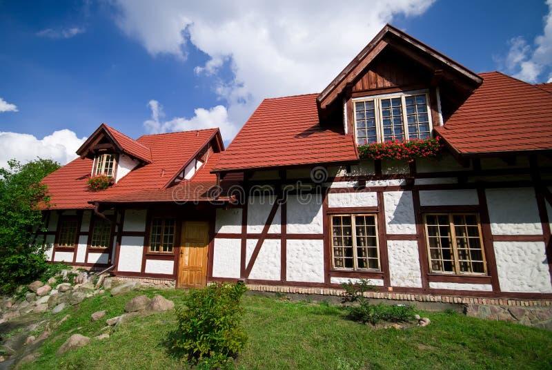 Meias casas modernas da madeira fotografia de stock royalty free