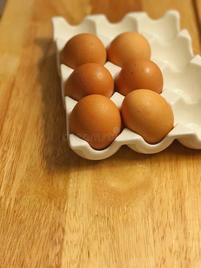 Meias dúzia ovos em dúzia bandejas imagem de stock royalty free