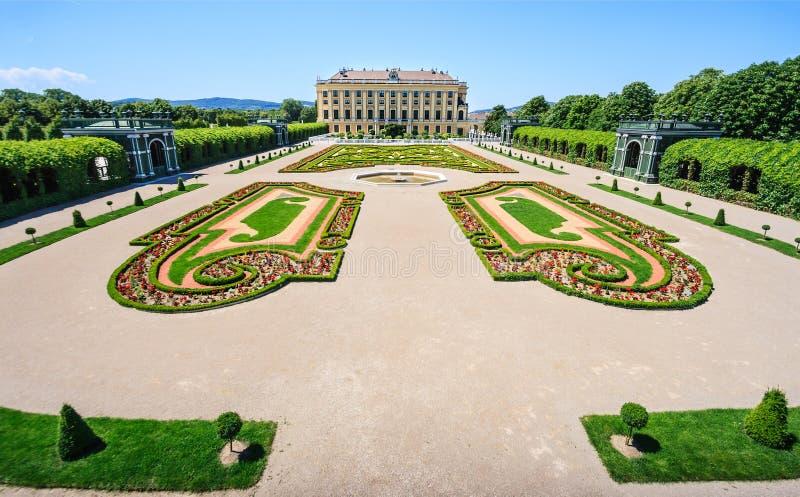 Meidling invigda trädgårdar: Kronprins Garden och trädgården på källaren av den Schonbrunn slotten i Wien, Österrike royaltyfri foto