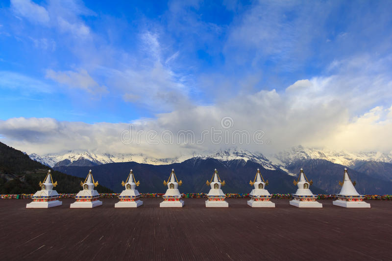 Meili雪山和西藏人stupa,从Feilai tem的观点 库存图片