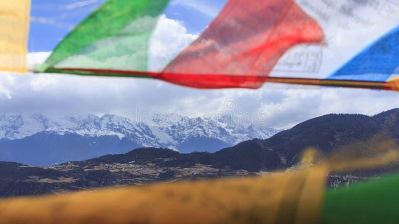 Meili śnieżna góra i modlitewne flaga, Deqing, Yunnan, Chiny zdjęcia stock