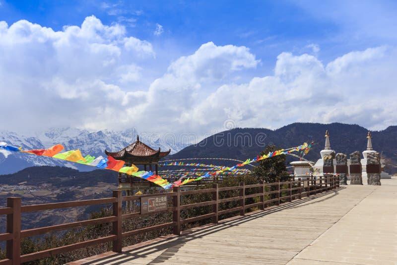Meili śnieżna góra z modlitw flaga i Chińskiego stylu dachem, De obrazy stock