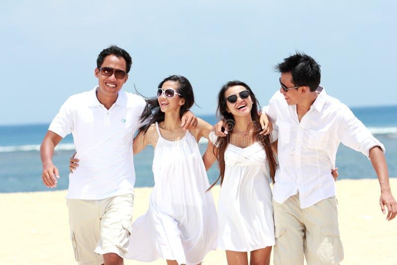 Meilleur ami dans blanc ayant l'amusement riant ensemble à la plage images libres de droits