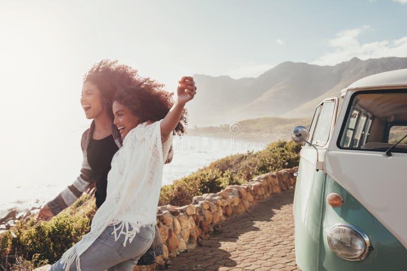 Meilleurs amis appréciant leur voyage par la route image libre de droits