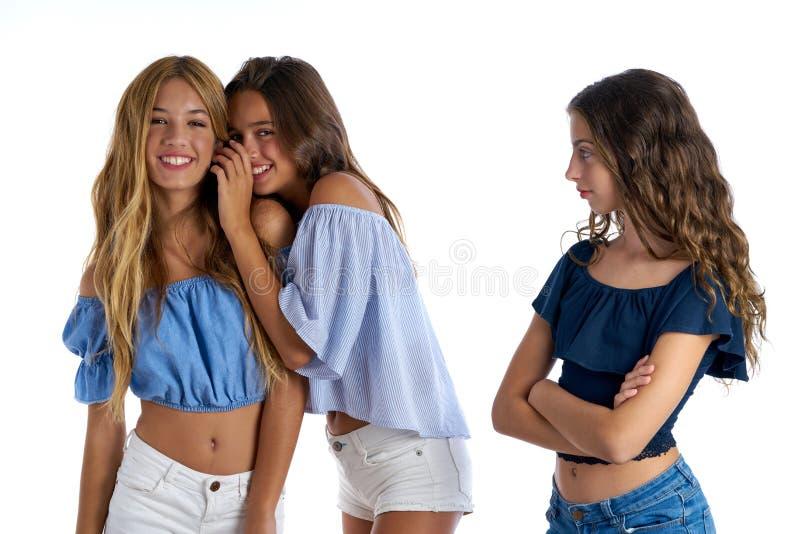 Meilleurs amis de l'adolescence intimidant un distant triste de fille photographie stock libre de droits