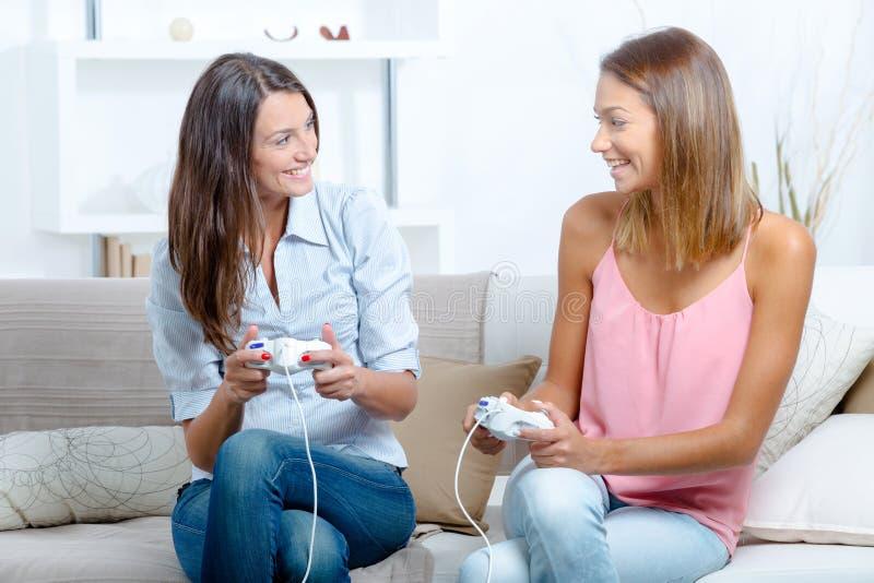 Meilleurs amis jouant des jeux vid?o photographie stock