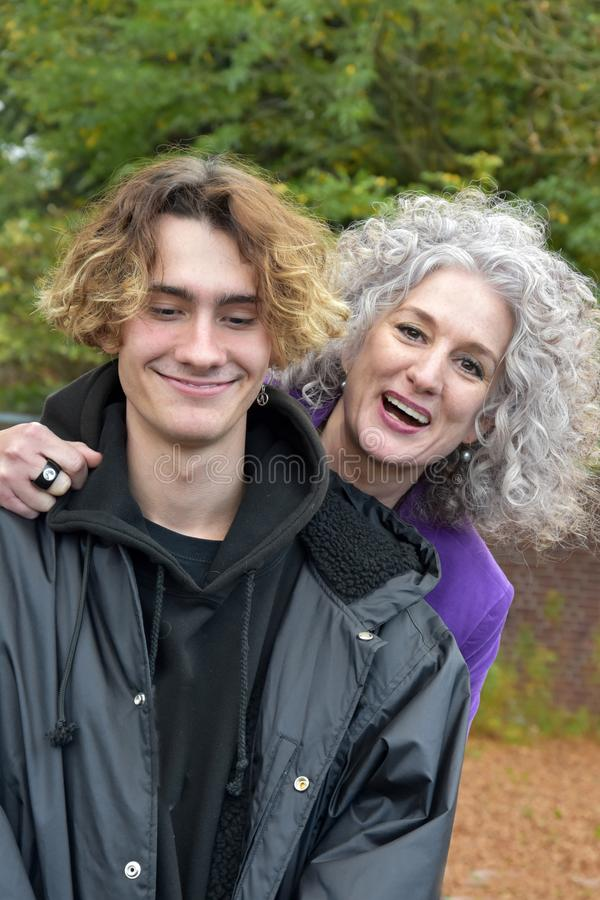 Meilleurs amis, mère et fils adolescent dans une bonne humeur photo libre de droits