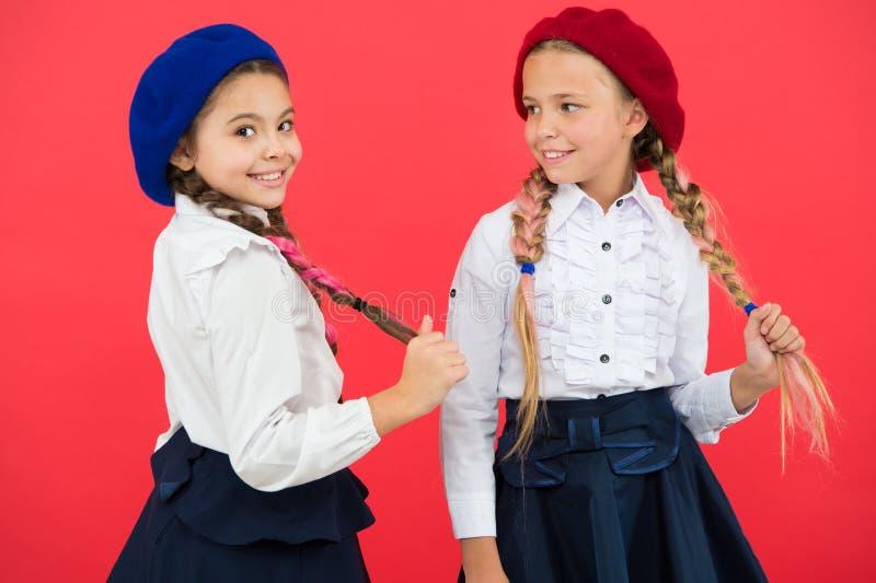 Meilleurs amis Peu filles avec des tresses prêtes pour l'école Concept de mode d'?cole Style de fantaisie Amiti? d'?cole photographie stock
