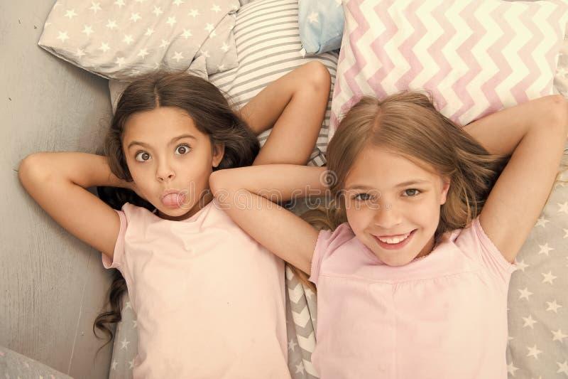Meilleurs amis pour toujours Consid?rez la soir?e pyjamas de th?me Tradition intemporelle d'enfance de soir?e pyjamas Filles d?te image libre de droits