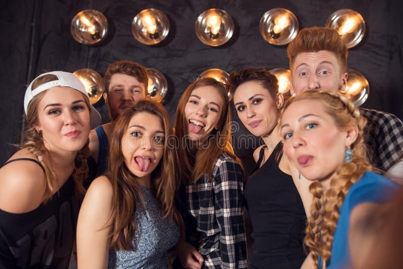 Meilleurs amis prenant le selfie dehors avec le contre-jour - concept heureux d'amitié avec les jeunes ayant l'amusement ensemble photos stock