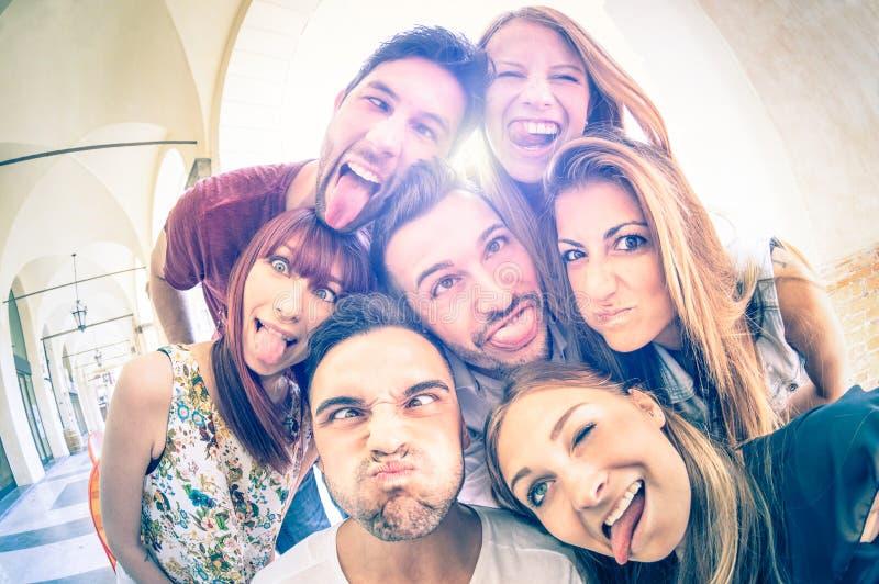 Meilleurs amis prenant le selfie et ayant l'amusement ensemble images libres de droits