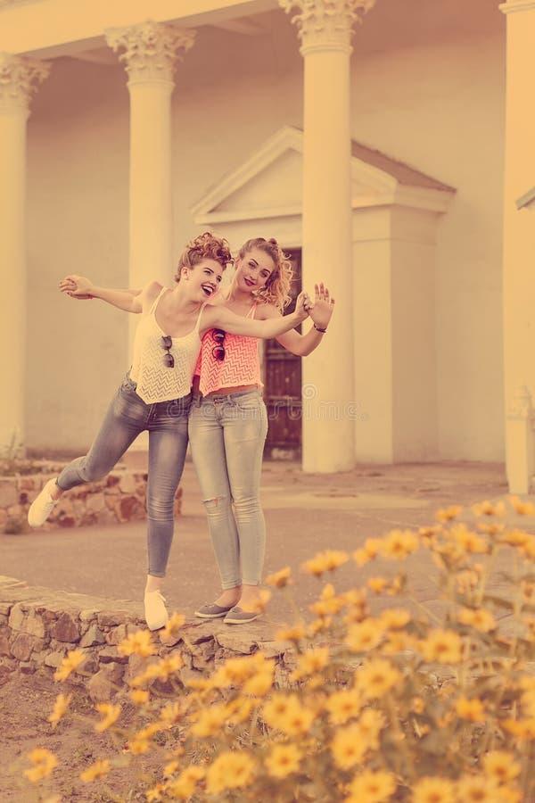 Meilleurs amis s'appréciant et rire photo stock