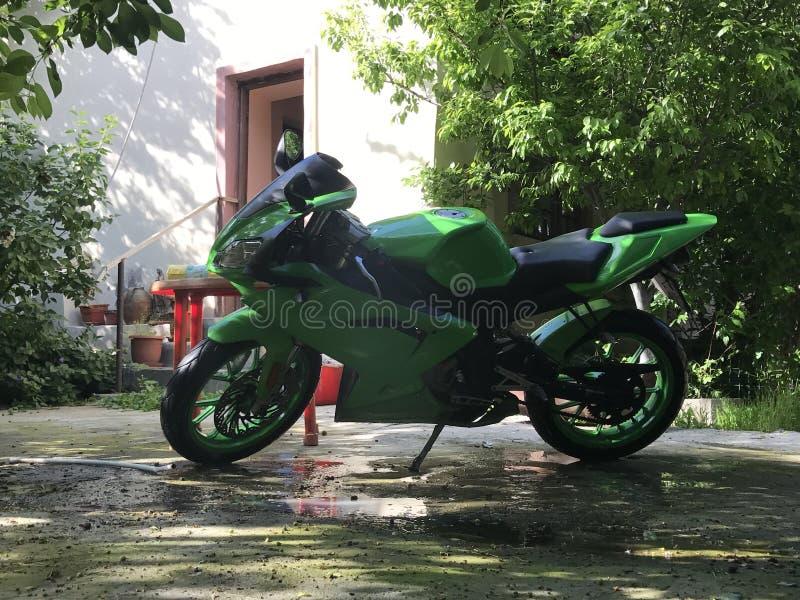 Mein grünes Motorrad in der Natur stockfotografie