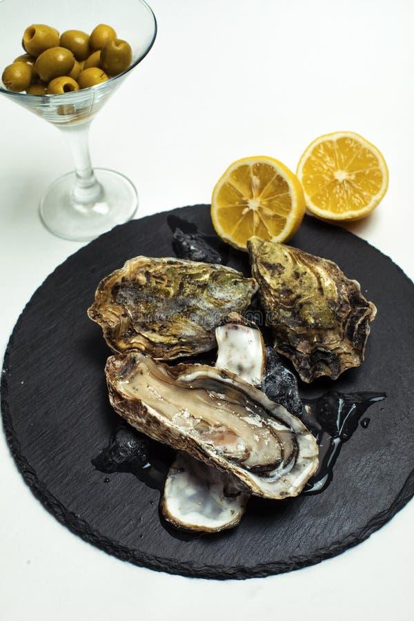 Mein nützliches Lieblingsabendessen einer Auster und der Oliven stockbild