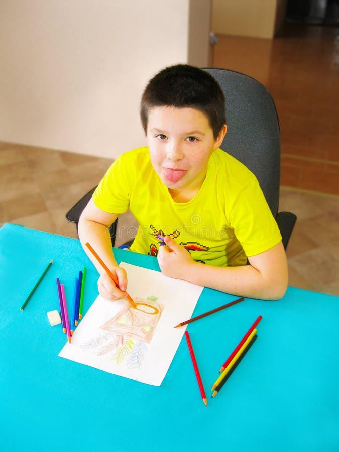 Mein Sohn zeichnet und plantscht stock abbildung